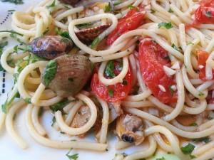 Spaghetti aux palourdes ou spaghetti alle vongole.  <p>Voilà un plat qui sent bon les vacances au bord de la mer. Souvenirs…</p>