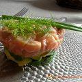 Tartare de saumon frais sur son lit d'avocat