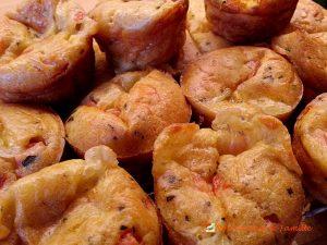 Muffins tomates mozzarella et basilic.  <p>Tout le soleil d'Italie dans une belle gourmandise, colorée et parfumée, à la texture moelleuse.</p>