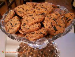 Sablés apéritifs au parmesan, olives noires et thym.  <p>Le risque, avec de tels biscuits, c'est que l'apéritif dure longtemps…</p>
