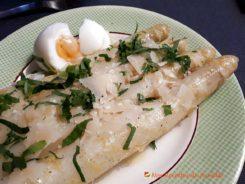 Asperges blanches rôties, zeste de citron, parmesan et oeuf mollet