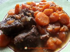 Bœuf mode ou bœuf carottes.  <p>Bizarrement, il n'y a pas de poulet dans le bœuf carottes.</p>